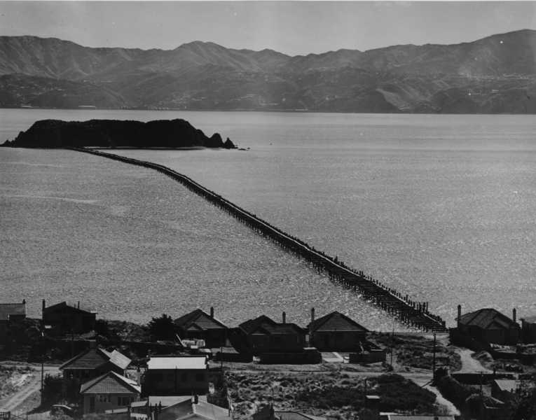 The Wellington harbour boom constructed by Rope Brothers ©Museum of Wellington City and Sea Collection
